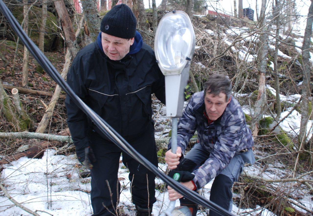 Bengt och Jan-Erik stretar med stolpe.