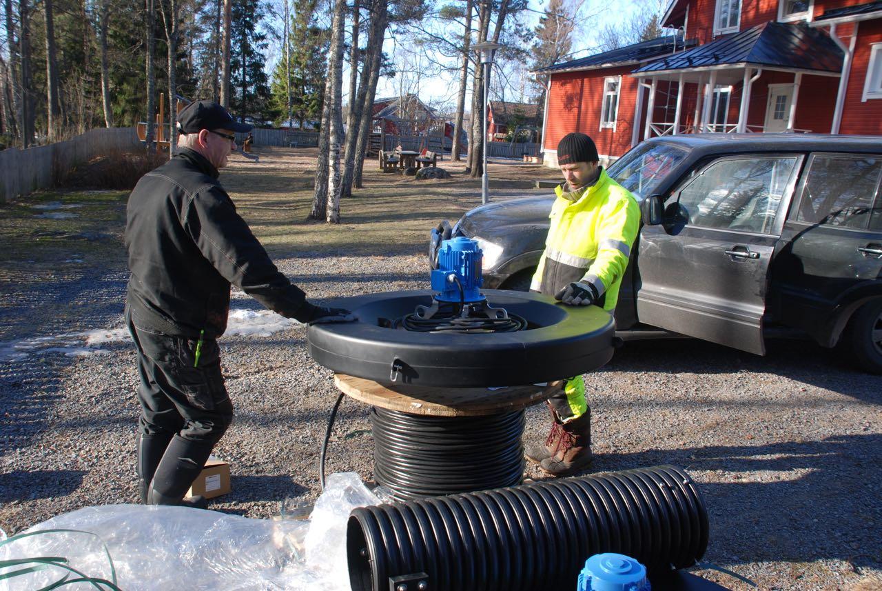 Projektansvariga Thomas Autio (t.h.) och Esa Kela granskar utrustningen som ska installeras.