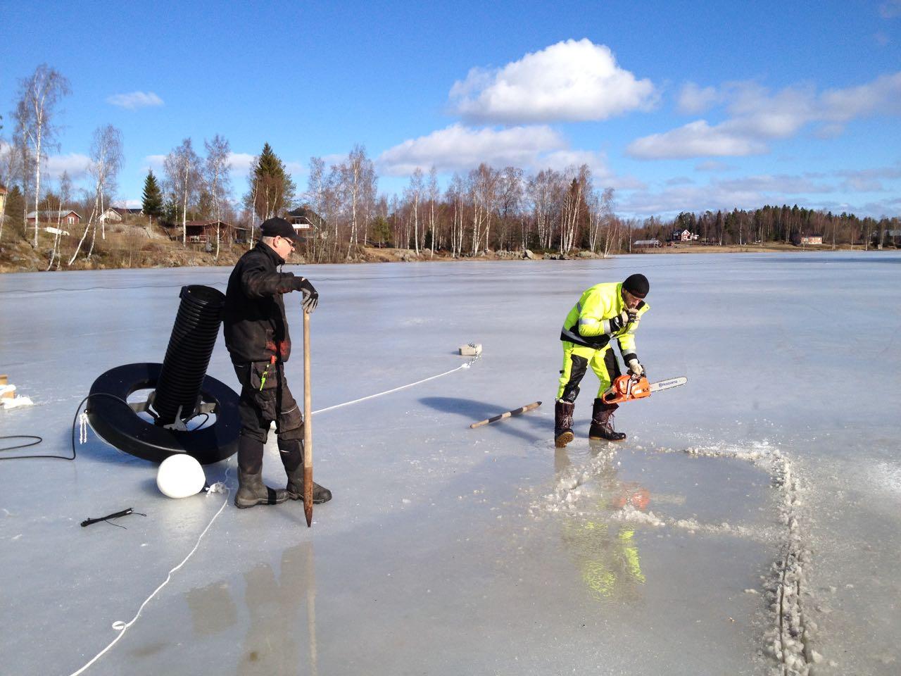 Planen var att göra ett tillräckligt stort hål i isen för hela pumpanläggningen skulle flyta. Motorsågen räckte inte till för den överraskande tjocka isen.