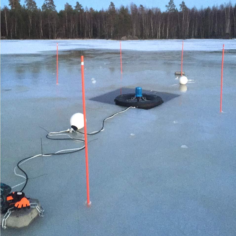 En skyddszon har märkts ut med käppar. Varning för svag is!