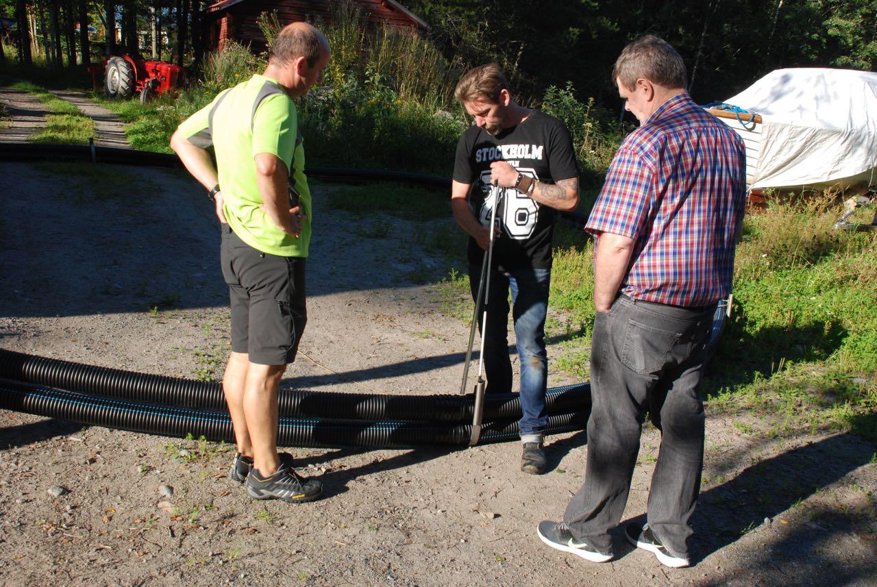 Peter, Thomas och Bengt diskuterar tekniska problem kring vakbegränsarna.