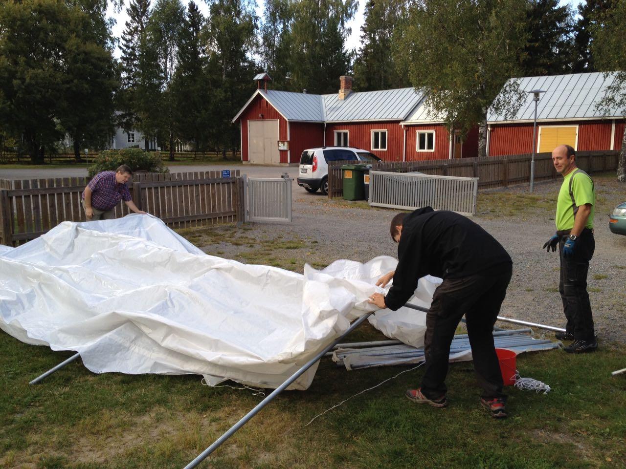 Ett rejält tält restes på fredagskvällen för den händelse det kommer någon regnskur.