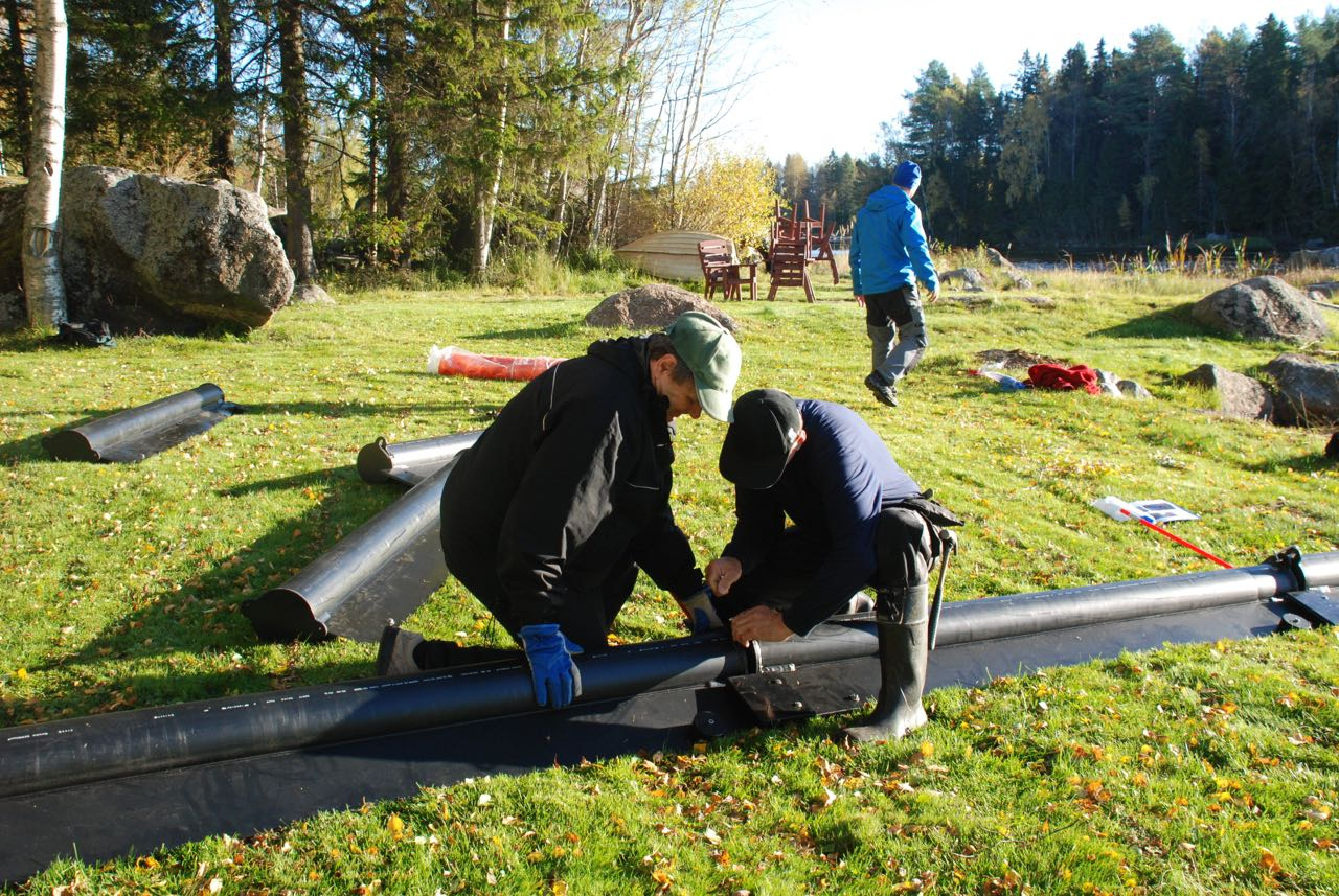 Bengt och Rune monterar ihop vakbegränsaren.