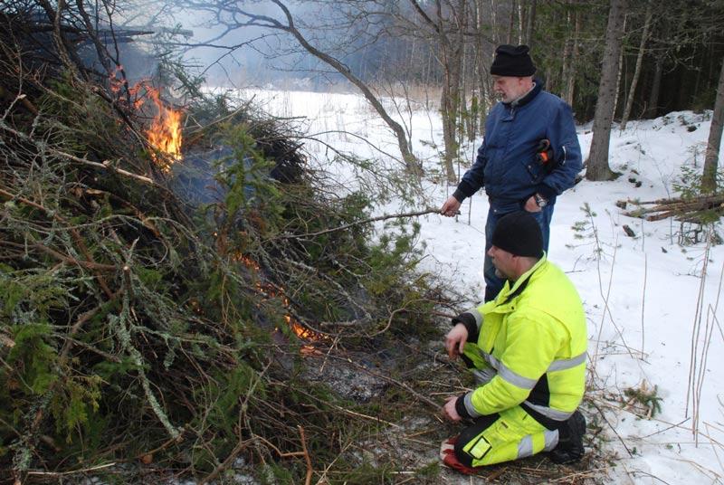 Så pass mycket eld blev det i brasan att det räckte till korvgrillning.