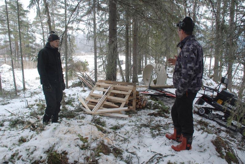 David och Jan-Erik planerar hur vindskydd och grillplats ska placeras.