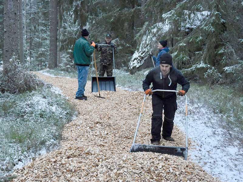 Krattor, snöskottor och spadar hölls i gång.