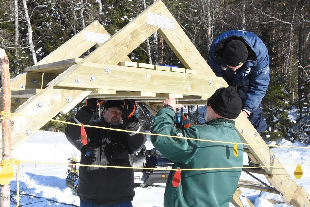 Bengt och Jukka monterar toppbrädor.
