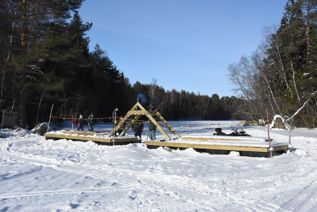 Så här ser bron ut. Ännu ska räcken monteras och efter islossningen fästs landgångarna.