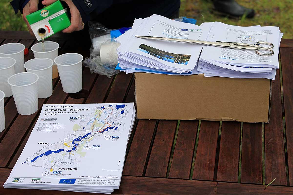 Kartor och beskrivning av leden delades ut.