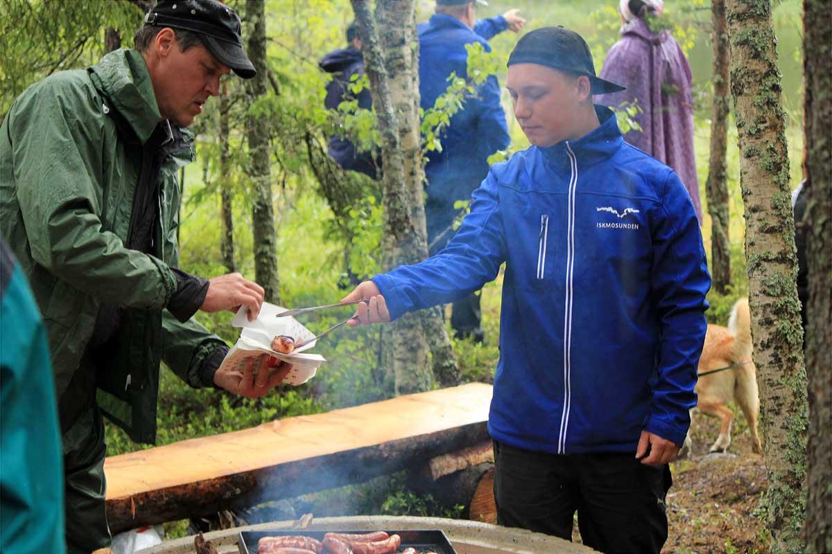 Jonathan Back och Jan-Erik Back stod för korvgrillningen.