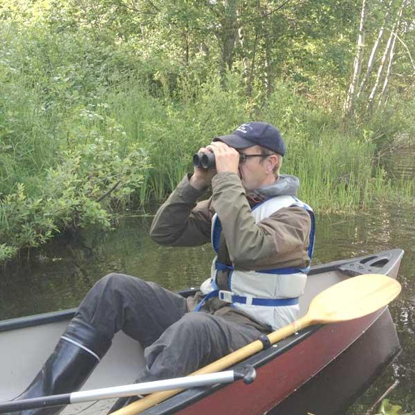 Mattias Kanckos iakttar fåglar.