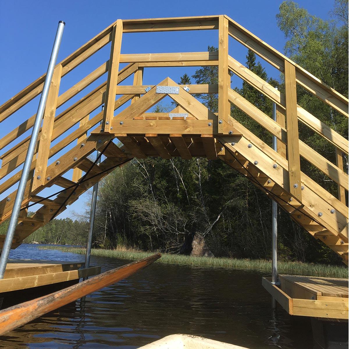 Första passagen genom bron med en liten eka.