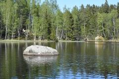 Kråknässkatan med bron från vandringsleden på andra sidan sjön