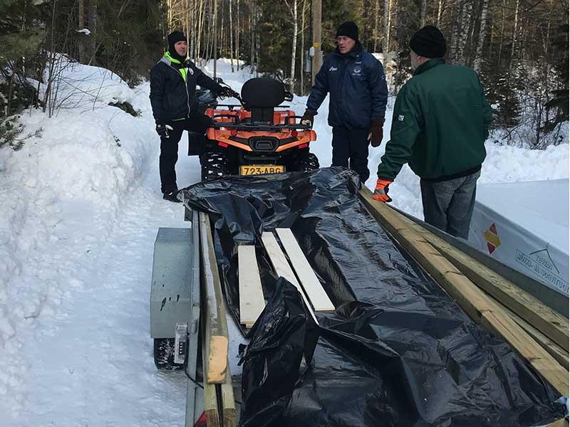 Paketet delas in i mindre bitar för transport över isen.