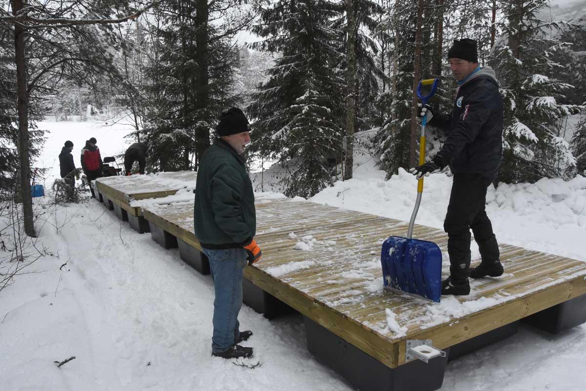 Transporten 10.13: Bryggans två pontondelar friläggs från nattens snö.