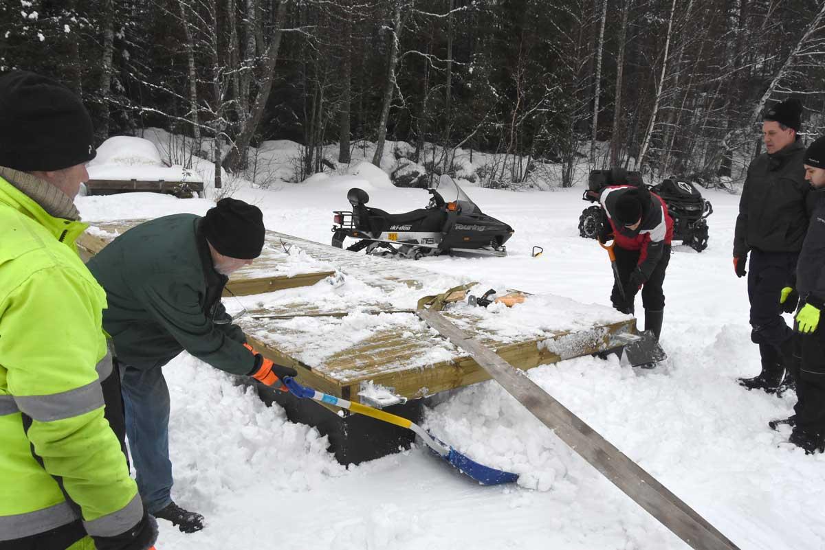 Den nyfallna snön ställde till bekymmer. Packades framför pontonerna.
