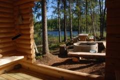 Björnhällfladans rastplats bjuder på ett fint vindskydd, samt grillplats och sittplatser.