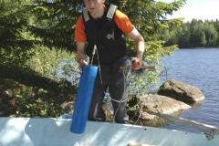 Olli-Matti Kärnä visar utrustning för tagning av vattenprover.